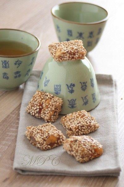 NOUGAT CHINOIS – de l'huile de sésame  – 100g de graines de sésame  – 250ml d'eau  – 3cs de tapioca  – 400g de sucre de canne roux  – 2 cs de miel  – 1 sachet de sucre vanillé  – 1 cs jus de citron  – 200g de cacahuétes non salées