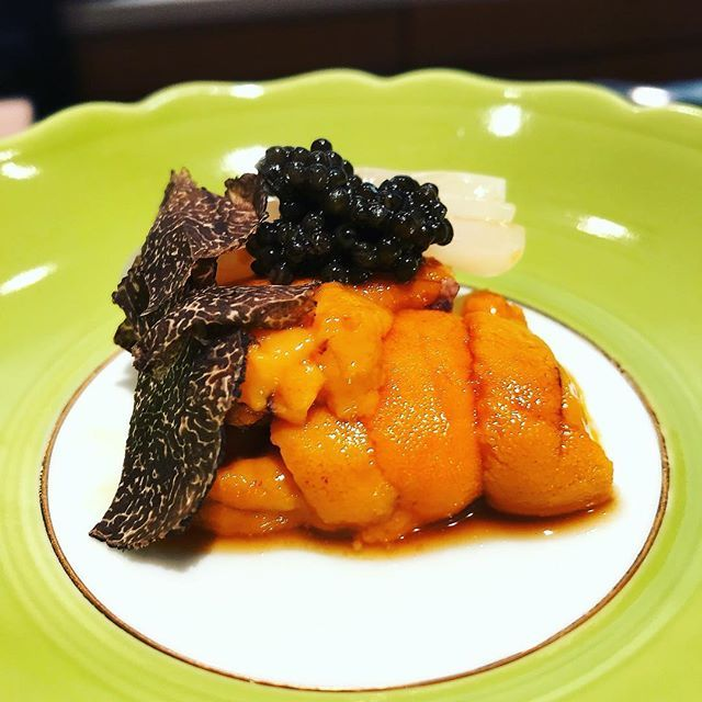 Le summum du luxe ! Paie ta bouchée d'Oursin, truffe & caviar... et plus un mot ! C'est bien trop bon. #goutdeluxe à #Tokyo chez Ginza Sushi Karaku. ✨ . . On your list if you ever visit Tokyo! Truffle, caviar and urchin, what else ? #Sushi Karaku has been one of the best diner I ever had in #Japan. #eattokyo #readytogoback #instaluxury #instafood #inlove #japonadoré