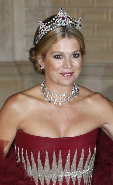 La princesse Maxima des Pays-Bas, le 19 octobre 2012En épousant en 2002 Willem-Alexander, alors prince héritier des Pays-Bas, Maxima a épousé aussi la luxueuse cassette à bijoux de la famille d'Orange-Nassau. Une cassette dans laquelle elle puise régulièrement pour se parer de diadèmes, plus somptueux les uns que les autres.