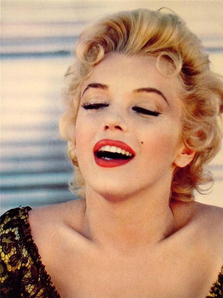 Marilyn Monroe. cô ấy là mot diễn viên nổi tiếng .vs lối trang điểm: son đỏ gợi cảm.và có một nốt ruồi gần miệng