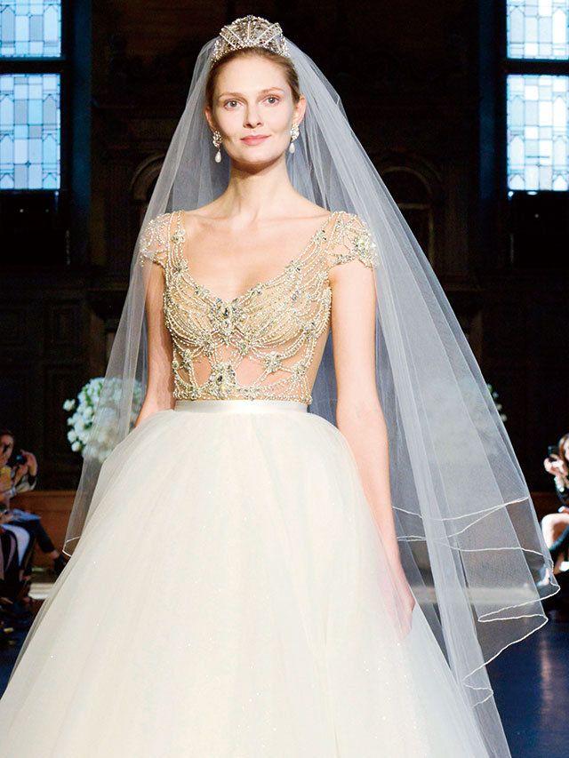 花嫁が一度は憧れる、ベール×ティアラのコーデ。アンティーク風の、クラウンが高いティアラで、崇高なイメージに装うのが素敵。