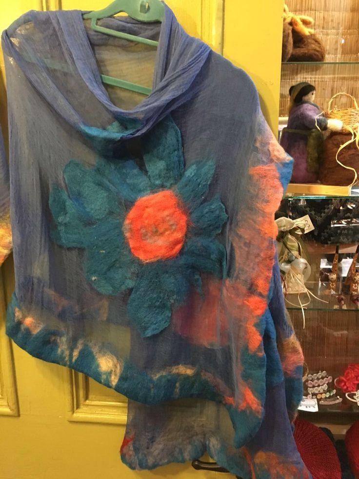 Pañoleta de gasa azul y flores de fieltro. CLP 30.000 Tilonka Lanas