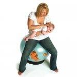 Tummy time = tid på maven er vigtigt indtil baby selvstændigt kan komme til siddende/kravlende/gående - men tummy time er meget mere end at ligge på gulvet    Tip: læg baby på maven på din arm - du kan sidde på gymball (som her) eller gå rundt  www.ergokarin.dk