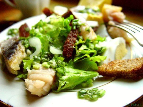 Салат с копченой (соленой) скумбрией и ржаным хлебом