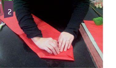 Donnez de la prestance à vos roses. Cet étui en kraft doublé avec du papier de soie vous facilitera la vie à l'occasion de la Saint-Valentin.