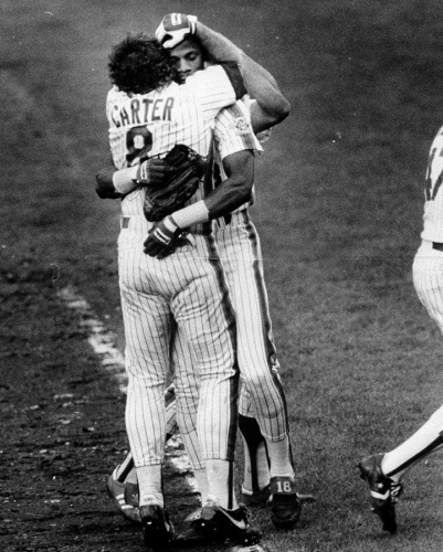 Gary Carter embraces Darryl Strawberry after the Mets clinch the NL pennant in 1986.
