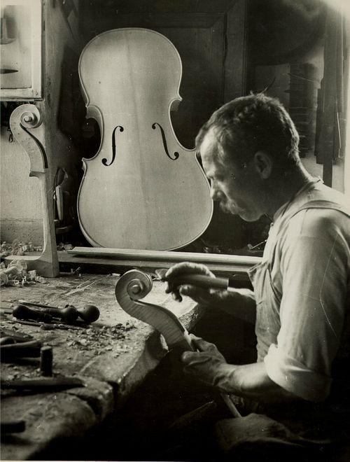 Mittenwald violin maker, Upper Bavaria, 1925 Foto: John ...