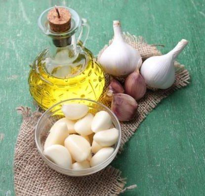 Se quer dar um toque especial à sua comida, o óleo de alho pode ser a solução! :) #receitas #comida #óleo #alho