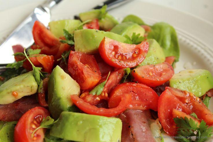 sałatka z szynki ze szpinakiem, awokado i pomidorami
