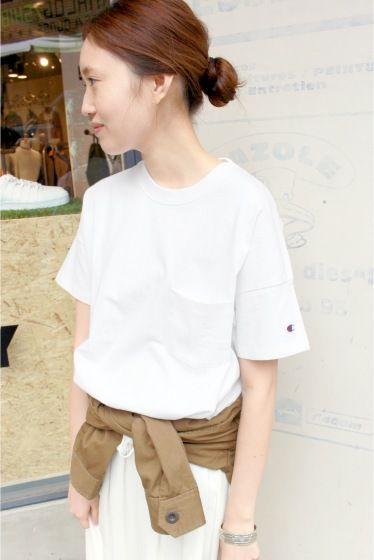 CHAMPIONSLOBE 別注ポケットTシャツ  CHAMPIONSLOBE 別注ポケットTシャツ 5400 2016SS SLOBE IENA 人気のポケット付きTシャツを着丈を少し短くして別注オーダー 女性らしいすっきりとした見え感になるようにいたしました 素材は16s/1 HVW OE Jerseyの糸を使用したざっくり感のある無骨な風合いを表現 ガーメントウォッシュと呼ばれる加工法でリアルな古着の表情を追求しています スタンダードなポケット付きTシャツはどんなボトムスとも相性が良くコーディネートに活躍してくれること間違いなし 色違いで揃えたくなりますね SLOBEでしか手に入らない別注アイテムぜひご覧ください CHAMPION 1919年ニューヨーク州ロチェスターで誕生した言わずと知れたスポーツウェアブランドです デザイン機能性耐久性素材縫製といったひとつひとつのディティールにこだわる クラフトマンシップは 現在も脈々と受け継がれ幅広い層からの支持を得ています こちらの商品はSLOBE IENAでの取り扱いになります 直接店舗へお問い合わせの際はSLOBE…