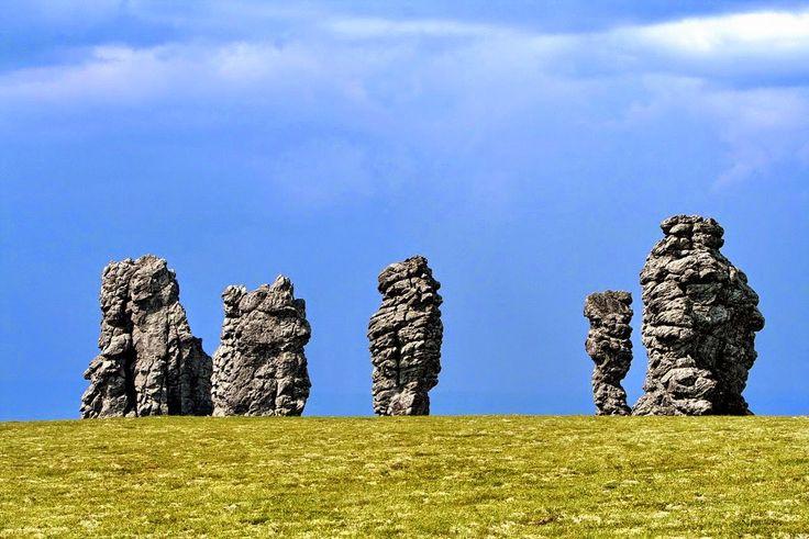 Огромные каменные столбы на плато Маньпупунёр в Республике Коми