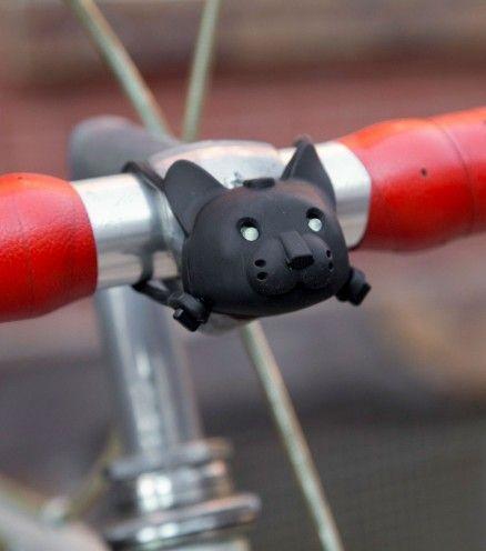 Donnez un peu d'originalité à votre bicyclette et switchez votre lampe basique par ce chat noir aux yeux lumineux !