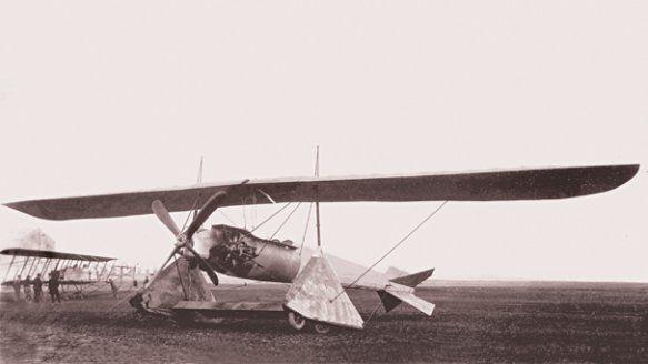 Henri Coandă făcea în 1911 probe de zbor cu Coandă 1911 prezentat la scară redusă la Salonul Internaţional de Locomoţie Aeriană, alături de sistemul de propulsie. Foto: Arhivele Statului, Fondul Lipovan