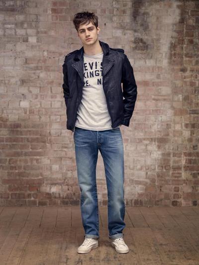 """Džiny jsou toto léto nápaditější. Flex denim se jako materiál uplatní u různých druhů volnočasových kalhot, vysoký strečový efekt se u úzkých kalhot postará o ještě větší pohodlí a styl. Různé úpravy vytváří nové vzhledy """"použitých"""" kalhot, jak u modrých džínů, tak i u černých a šedých. Džiny od LeeCooper za 552 Kč."""
