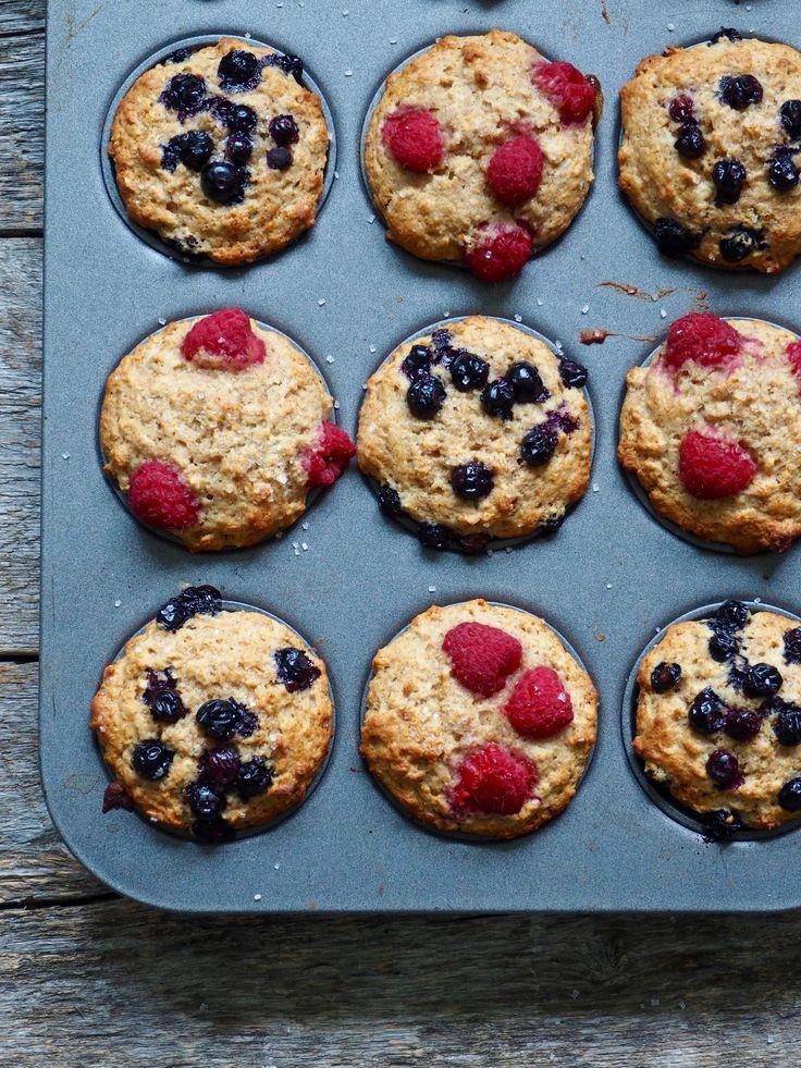 Sunnere muffins med bær er helt toppers til skolestart! Legg de med matpakka, spis til frokost om det haster eller ha klart som etter-skole snacks.