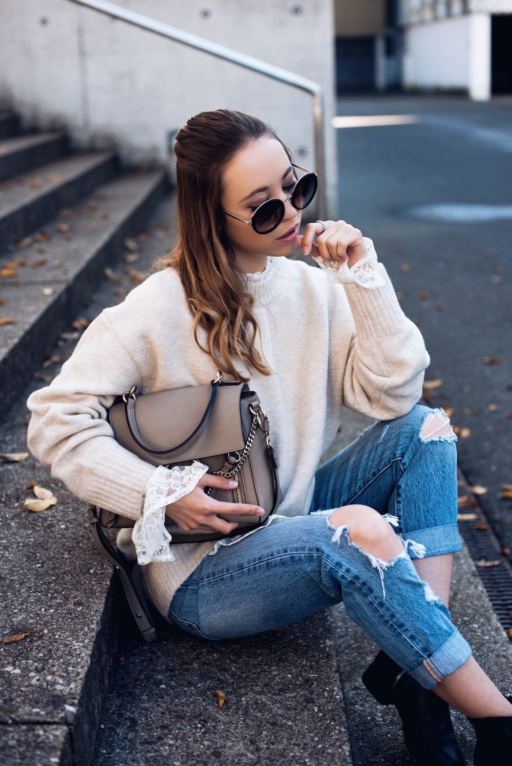 Herbstoutfit, Outfit Herbst, herbstliches Outfit, Spitze und Strick, gemütliches Outfit, Herbsttrend, Spitzenbluse, Outfit mit Spitzenbluse, Boyfriend Jeans, Outfit mit Boyfriend Jeans, romantischer Look, lässiges Outfit http://www.stylemocca.com