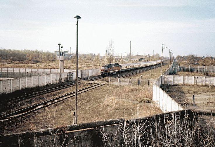 Berlin-Staaken 1986 Grenzanlagen mit Transitzug aus Hamburg