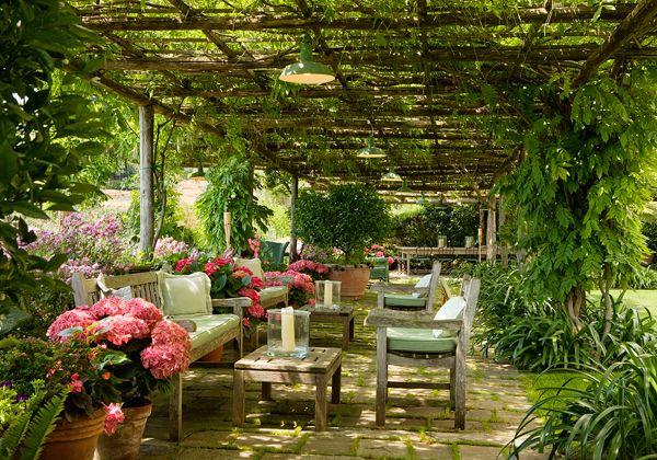 Il giardino, percorso da un viale di piccoli sassi di Portofino affiancato da cespugli aromatici che si alternano alle fioriture, è stato progettato da Paolo Pejrone che ha creato numerosi angoli dove