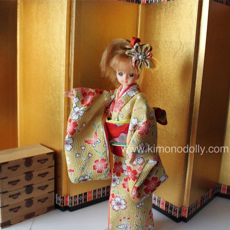 Takara Jenny doll con Kimono giallo fatto a mano con tessuto giapponese, obi, fermaglio e le calze tabi.Pezzo unico.Bambola Originale.KDJ001 di KimonoDollyDecoarte su Etsy