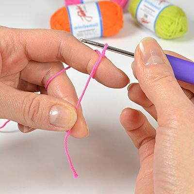 När du vill virka runt utan att få ett litet hål eller en liten knut i början, är det supersmart att börja med en så kallad magisk ring. Här visar vi steg för steg hur du går till väga.