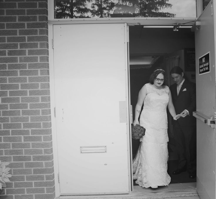 A beautiful black and white view into the August wedding of our Kleinfeld Canada Newlywed Sharon in @augustajones via Michelle Gumbinger Photography.