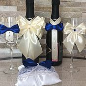 Купить или заказать Набор свадебных аксессуаров ( Королевский синий) в интернет-магазине на Ярмарке Мастеров. Набор свадебных аксессуаров ' Королевский синий'.В набор входит: - Украшение на Свадебные бокалы ( Съемное) - Украшение на Свадебные бутылки - Лента на Семейный очаг - Браслет для подружки - Бутоньерка для свидетеля - Приборы для торта Дополнительно можно сделать. Браслеты для подружек невесты .