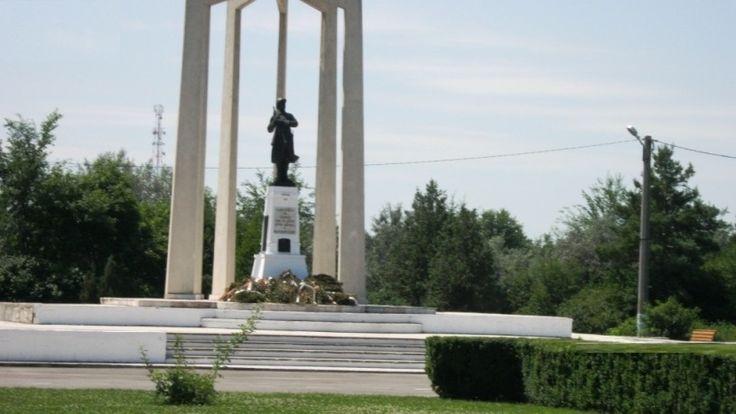 """Monumentul Eroilor din Primul Razboi Mondial Slobozia - Cine viziteaza Catedrala Episcopala din Slobozia, nu are cum sa nu vada si sa nu viziteze Monumentul soldatului necunoscut, ce strajueste capatul frumoasei alei ce duce catre partea de sud a Parcului Tineretului.Monumentul a fost ridicat in memoria eroilor cazuti in timpul Primului Razboi Mondial(Turtucaia 1916) si reproduce chipul unui soldat (""""Eroul Necunoscut""""), intr-o atitudine solemna,prezentanad arma pentru onor"""