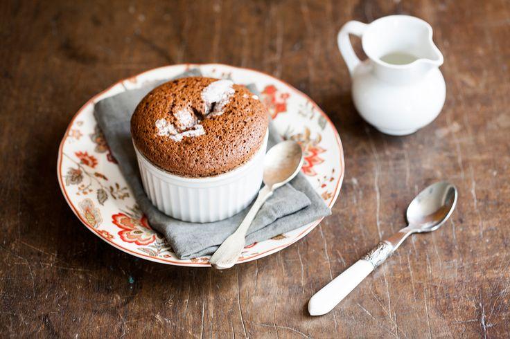 Suflê de chocolate | Receita Panelinha:  Algumas dicas podem salvar o seu suflê da queda. Confira aqui como fazer esta sobremesa clássica que nunca sai de moda.