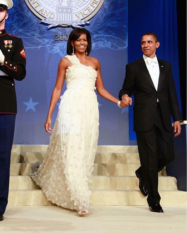 Quando usou um vestido de @JasonWu na cerimônia de posse de @BarackObama em 2009 @MichelleObama não apenas alavancou a carreira do estilista mas também deu uma prévia de como seria a administração do marido e de como exerceria seu papel na Casa Branca. Na próxima sexta-feira (20) quando #DonaldTrump assumir o cargo de presidente dos EUA o look escolhido por #MelaniaTrump também entrará na conversa política - e segundo o @WWD a ex modelo estaria planejando vestir @RalphLauren designer…