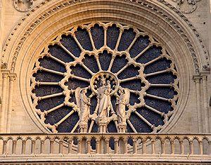 Notre Dame de Paris - Au centre de la façade, au niveau de la galerie dite de la Vierge, une grande rose, de 9,60 m de diamètre et exécutée vers 1225