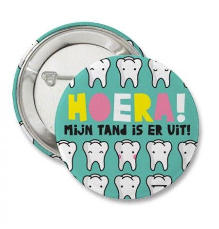 Button: hoera, mijn tand is er uit! Voor de trotse kinderen die hun eerste tand gewisseld hebben. Leuk om per post te versturen als klein cadeautje.