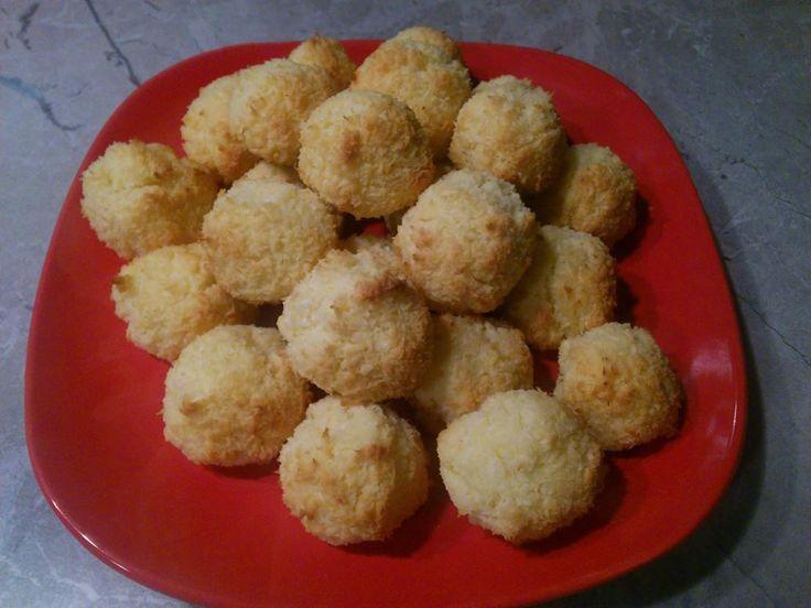 Zvířátkový den - kokosky.Přiměřeně od oka,dve vajicka,asi 60 g tvarohu a kokos tak cca150 g,nesmi to byt suche a med!na pecici papir a do trouby!