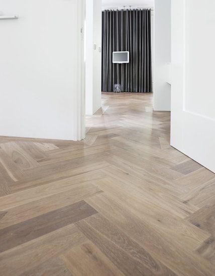 Visgraatparket. De witte waas verkrijg je mbv WOCA Master Floor Oil Wit of WOCA Colour Oil Extra Wit. Dit houdt meteen ook de vergeling door het UV licht tegen.