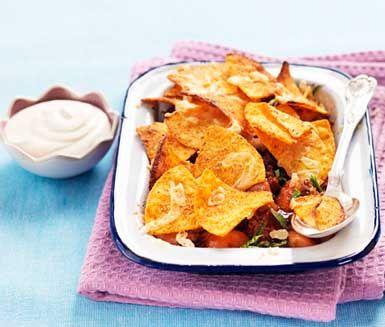 Ett snabblagat recept med mumsig smak av taco. Texmex-gratäng med tacotäcke gör du av bland annat nötfärs, lök, tacokrydda, bönor, riven ost, tacochips och gräddfil. Servera den härliga gratängen med en frisk grönsallad!