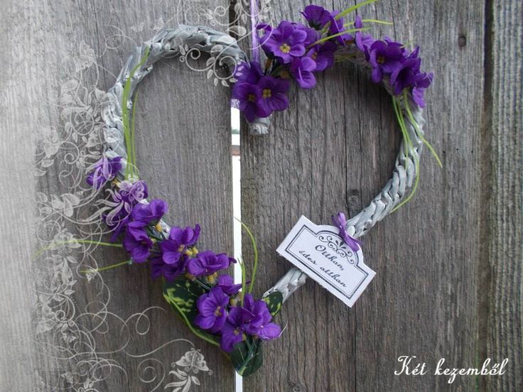 Szív alakú dísz, lila virággal
