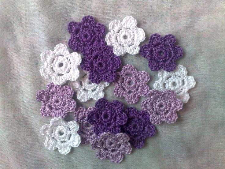 Gehäkelte Blumen Applikationen, 15 kleine weiße, lila und helllila Häkelblüten von HaekelshopSetervika auf Etsy
