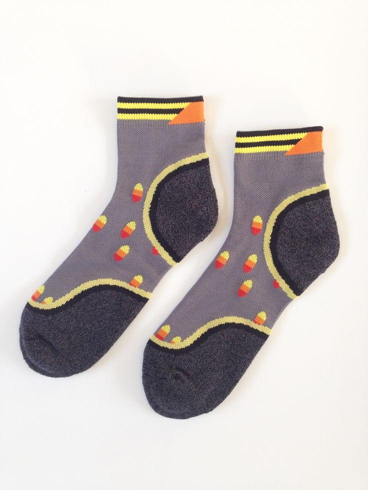 こちらは台湾生まれの作家「ギル」によってデザインされたソックスで、全面に遊び心が感じられる仕上がりです。個性あるデザインは、彼女が見てきたすべての幾何的な物を、ラインや色を使って、彼女なりに表現したものです。 柔らかくフィットし、ストレスなく着用していただけます。これからの秋冬にぴったりの靴下です。https://dmetlabel.com