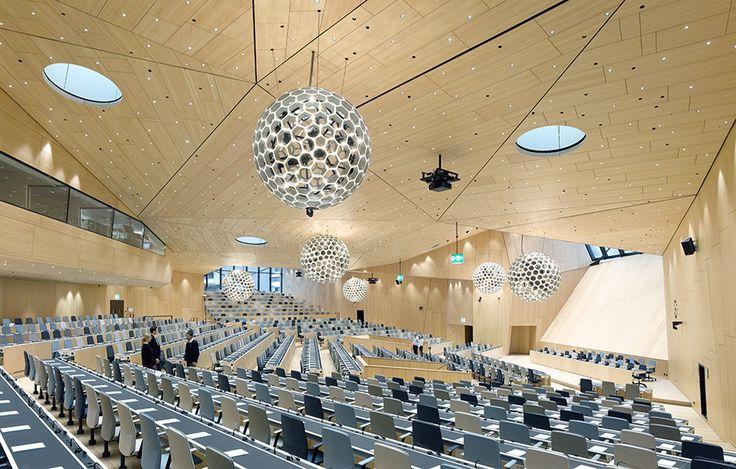 Konferenscenter i trä av Behnisch Architekten, foto David Matthiessen – http://www.tidningentra.se/reportage/enorma-spannvidder #arkitektur i #trä