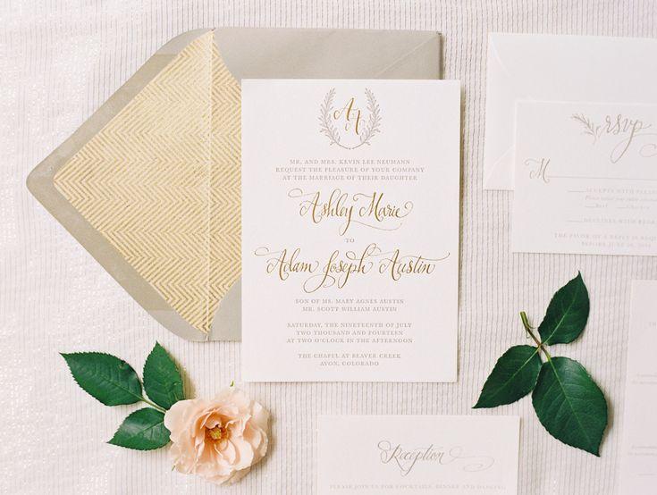 Invitación caligrafía dorada sobre chevron dorado logo