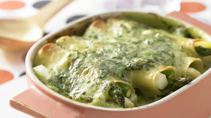 Tolle Nudelrollen für die ganze Familie, umhüllt von einer cremigen Spinatsauce Spargel-Cannelloni mit Spinat | http://eatsmarter.de/rezepte/spargel-cannelloni-spinat