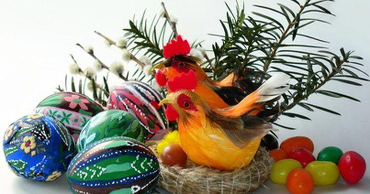 Como decorar ovos de páscoa com papel de seda. Como decorar ovos de páscoa com papel de seda. Um utensílio de arte, tal como papel de seda, pode ser usado para decorar ovos de páscoa de maneira nova e brilhante. Usando os papeis coloridos e envolvendo-o em ovos, usando a arte de decoração, fará com que o papel de seda tenha uma nova vida nas suas tradições de decoração dos ovos de páscoa.Com ...
