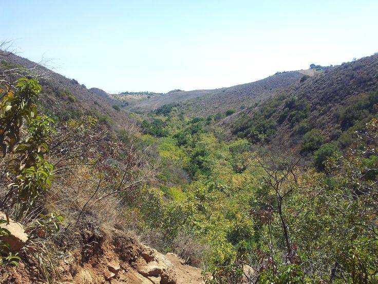 Údolí pod vodopádem je jediná zelená oáza ve všech těch vyprahlých a rozpálených kopcích plných trní.