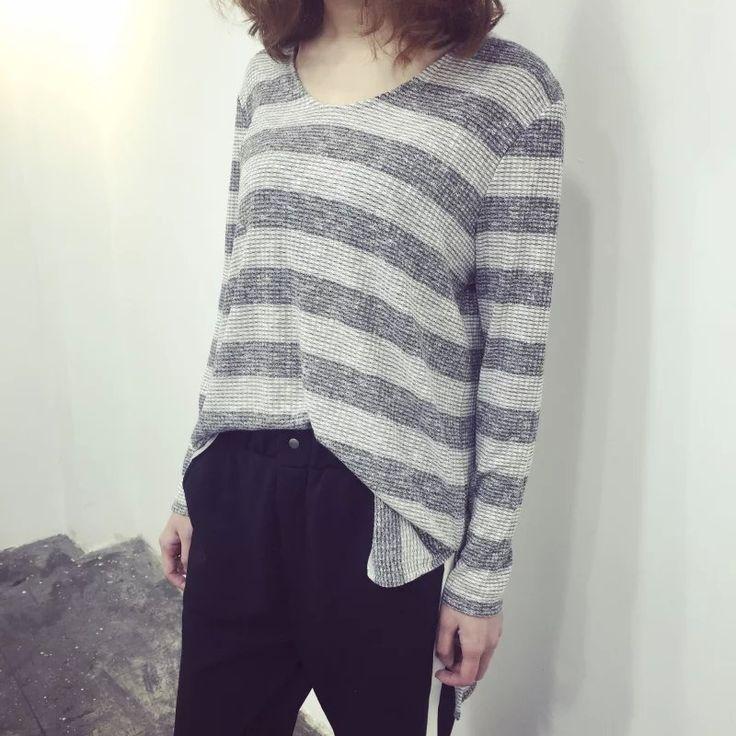 Vネックボーダー柄ロング丈長袖Tシャツ
