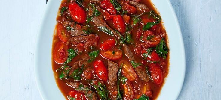Oksekød stegt med hvidvin og balsamico, med frisk- og hakket tomat og rucola, serveret med et lækkert lunt brød ved siden af. Klik her og se opskriften