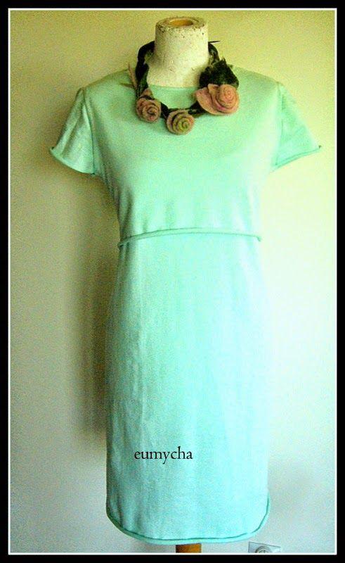 Sukienka z dzianiny dresowej. Fason sukienki pozwala na dyskretne karmienie maleństwa.