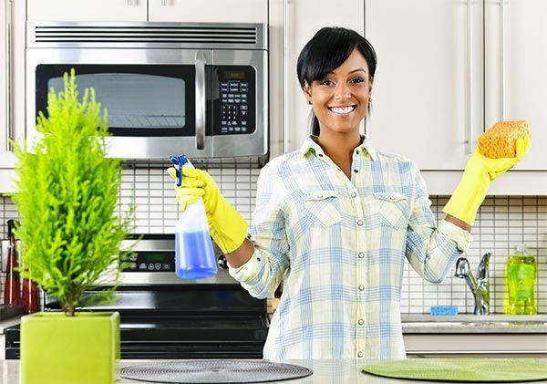 La cucina è sicuramente la stanza in cui le famiglie trascorrono la maggior parte del tempo: è qui che si consumano i pasti quotidiani, i bambini fanno i compiti con il supporto dei genitori, si guarda la tv bevendo il caffè dopo pranzo, o la sera lavando i piatti. Qualche trucco per voi per avere una cucina sempre pulita.