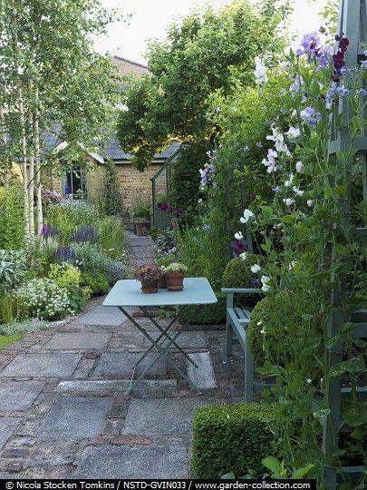 Indem Sie die Grenzen mit üppiger Bepflanzung abschirmen, lassen Sie den Garten weithin groß …