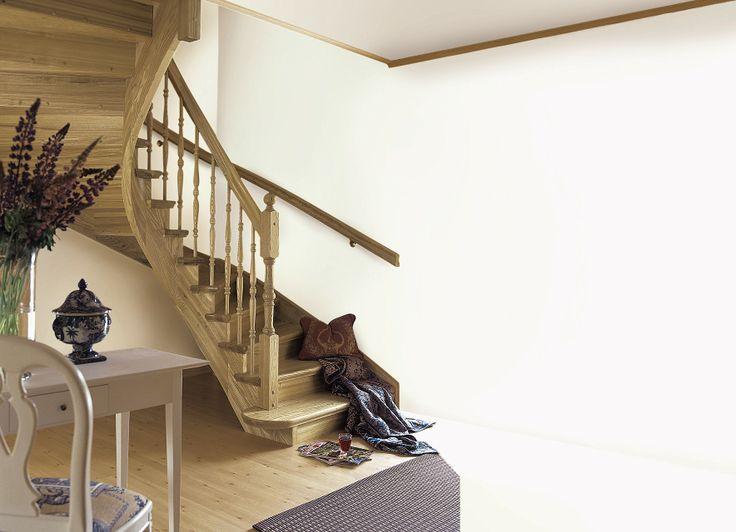 Escalia Stockholm er en klassisk trapp med mange fine detaljer, her vist med tette profilerte trinn og påkostet oppsalet, buet vange der trinnene stikker utenfor på siden. Den dreide inngangsstolpen med kule på toppen, markerer sammen med det brede blokktrinnet tydelig trappen inngang. Buet vange gjør det mulig å oppnå optimal trinnlegging, slik at trappen, sammen med en nøyaktig tilpasset profilert håndlist, blir god å gå i.