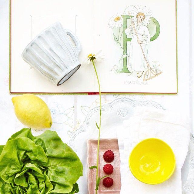 Solgult, rosa, vitt och med stänk av grönt. Somriga färger som passar bra på uteplatsen, balkongen eller terassen. Hitta mera inspiration i senaste numret av Drömhem & Trädgård. Finns i butik nu! Styling Anna Hänström Foto Magnus Selander #sommar #colors #dromhemochtradgard #moodboard #stylingannahänström