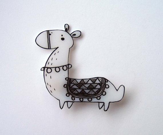 Spilla illustrata a mano Buffo lama in bianco e di violinoviola, $10,00